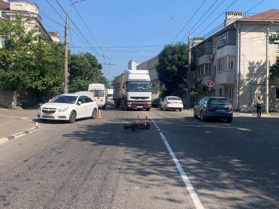 В Новороссийске пьяный водитель электросамоката столкнулся с иномаркой