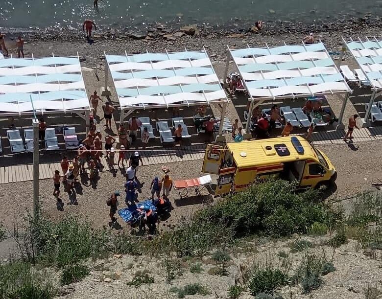 В Анапе женщина сорвалась со скалы на глазах у посетителей пляжа