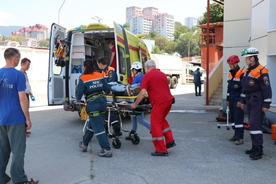 Сломавшего ногу в горах подростка доставили вертолетом на базу МЧС в Сочи
