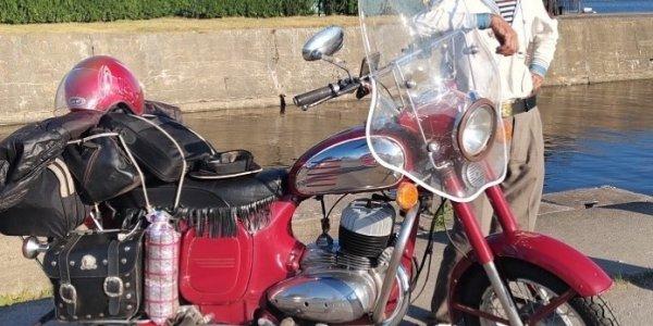 Пенсионер доехал с Кубани до Кронштадта на мотоцикле и поздравил всех с днем ВМФ