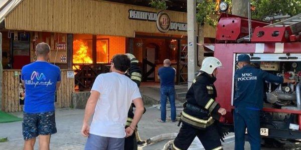 В Геленджике около набережной загорелось кафе «Мангал и Бочка». Видео