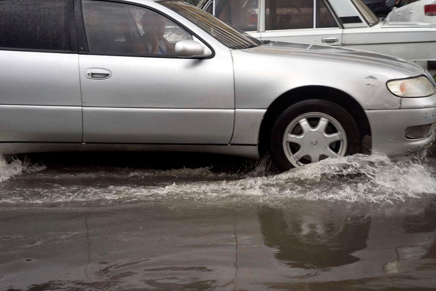 В Темрюкском районе дождь подтопил участок трассы к Крымскому мосту