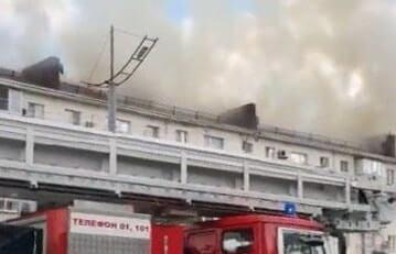 В Новороссийске площадь пожара на крыше жилой пятиэтажке достигла 750 кв. метров