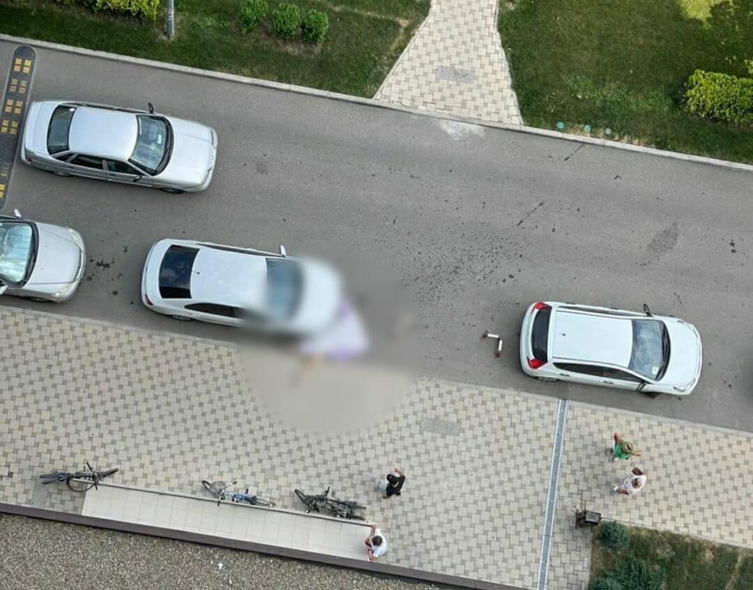 В Анапе из окна жилого комплекса выпала девушка
