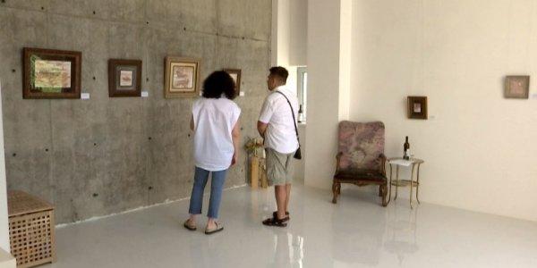 В Анапе открылась выставка картин, написанных вином