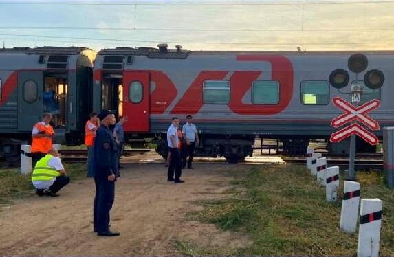 Следовавший из Анапы поезд столкнулся с трактором, его водитель погиб