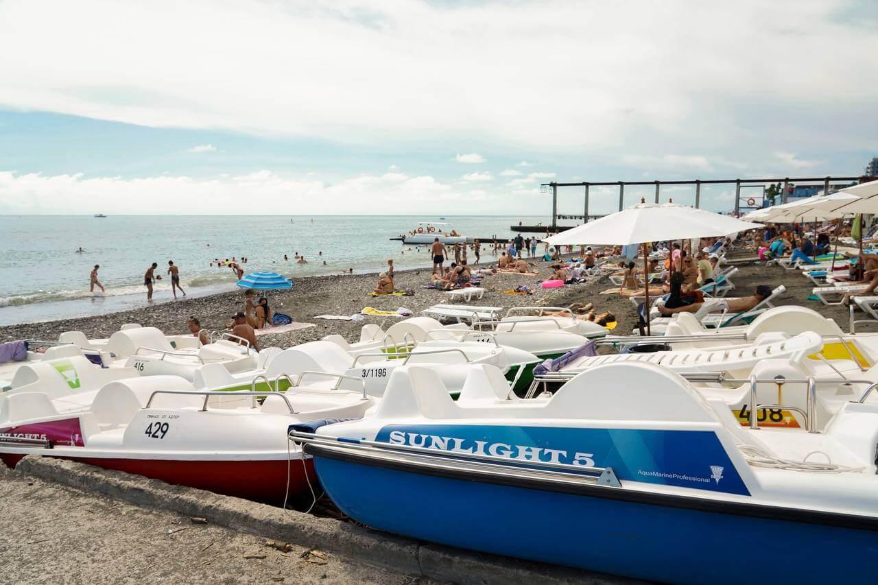 После разгула стихии с пляжей Сочи вывезли 3 тыс. тонн мусора