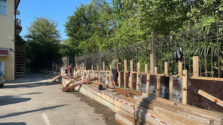 В Сочи после подтоплений начали строить подпорную стену около горбольницы № 3