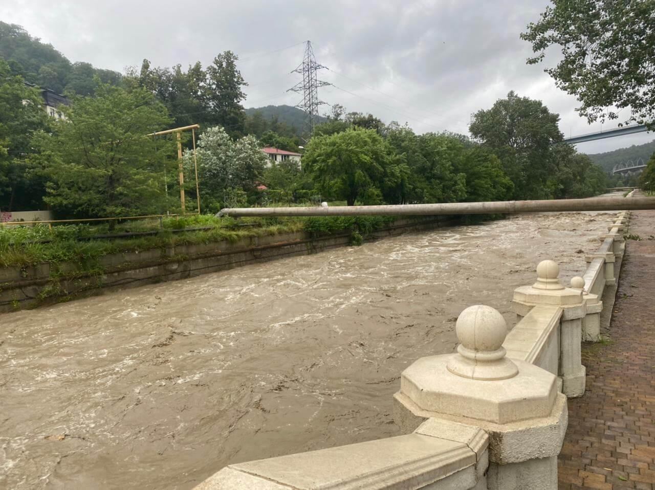 В Сочи после сильных ливней реки вышли из берегов, в городе включили сирены