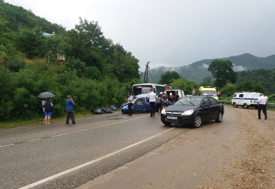 Под Туапсе в ДТП погибла женщина и 11-летняя девочка
