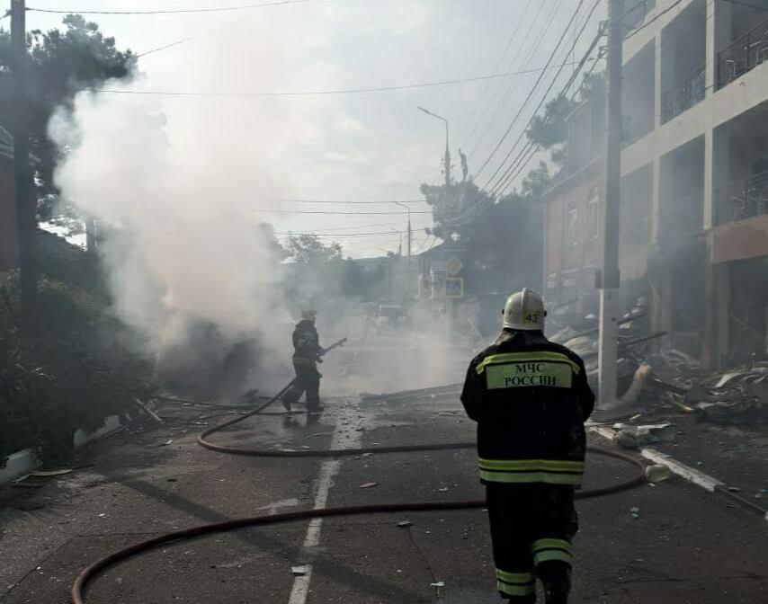 Из-под завалов в гостинице Геленджика после взрыва извлекли пострадавшего