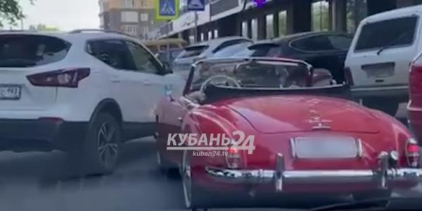 В Краснодаре кроссовер врезался в раритетный Mercedes. Видео