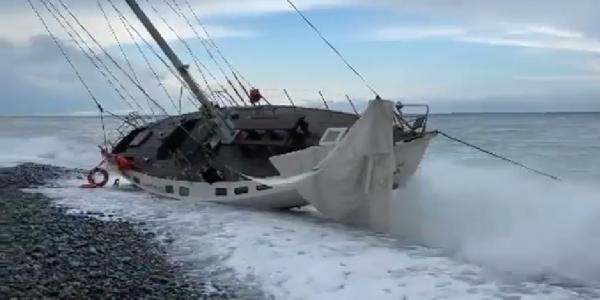 Прокуроры проверят информацию о выброшенной на берег прогулочной яхте