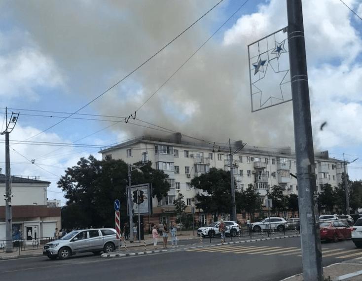 В Новороссийске горит крыша жилой пятиэтажки на проспекте Ленина
