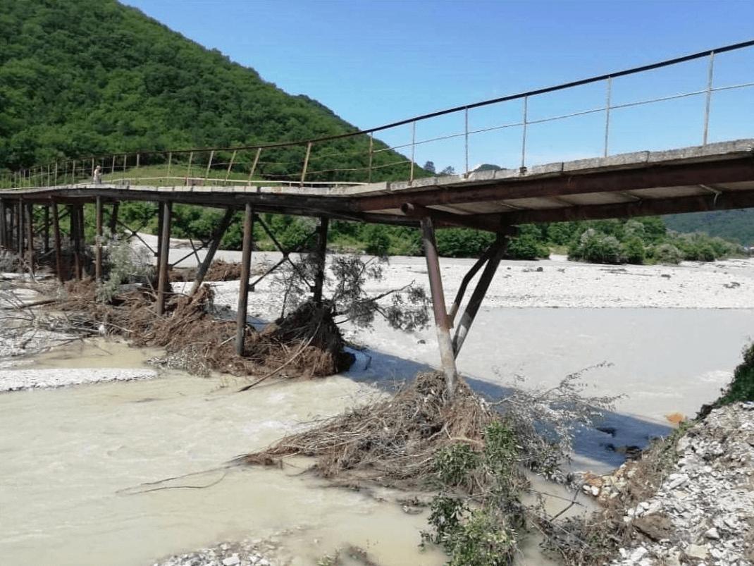 В Туапсинском районе горная река повредила опоры моста, проезд по нему закрыт