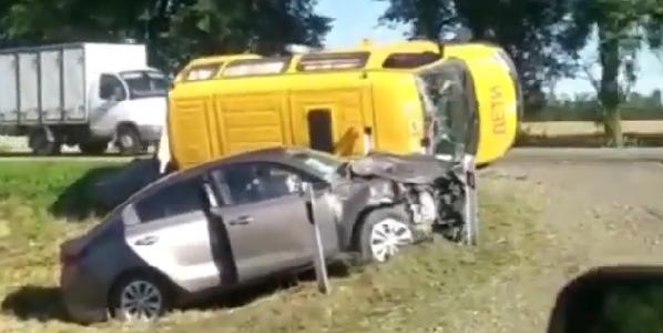 На Кубани после ДТП перевернулась школьная «газель», пострадали 4 человека