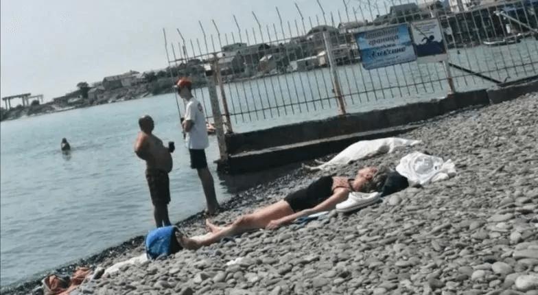 На пляже Новороссийска обнаружили тело пенсионерки