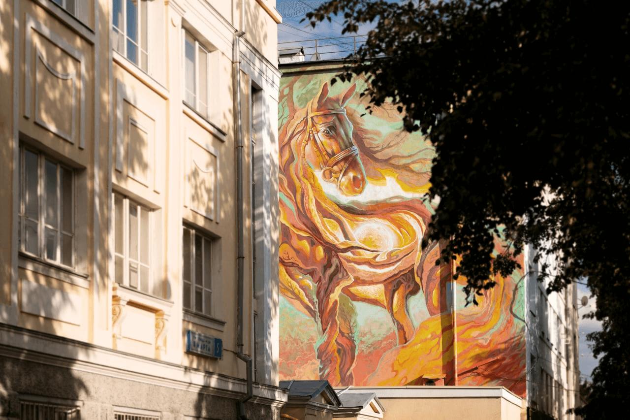 Краснодарский художник разместил на торце дома «Манифест о свободе и несвободе»