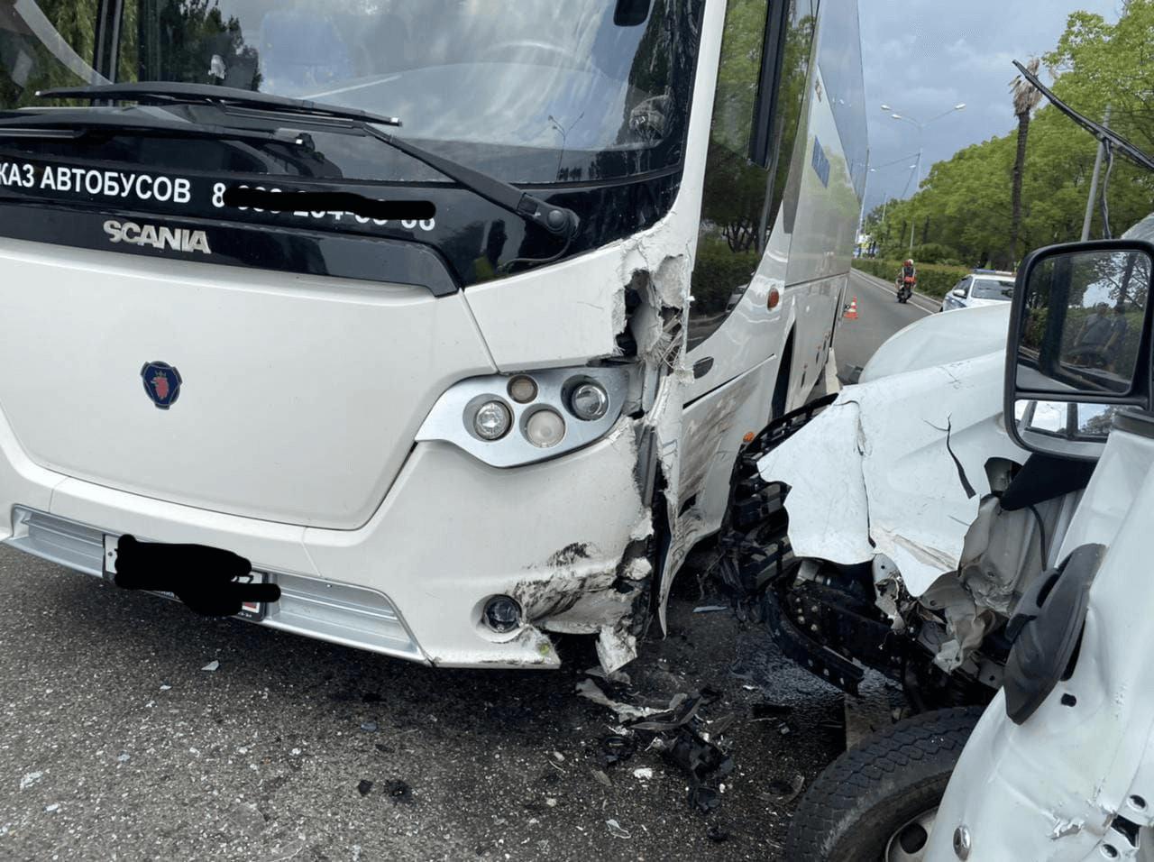 В Сочи в массовое ДТП попал экскурсионный автобус