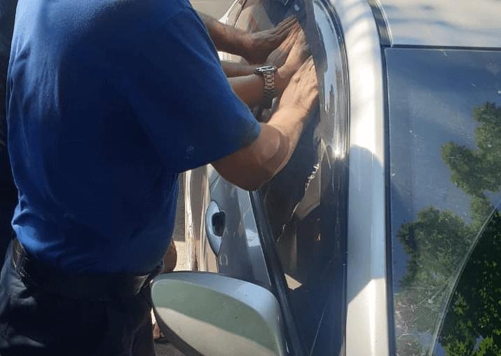 Полиция Новороссийска проверяет инцидент с оставленным в машине на жаре ребенком