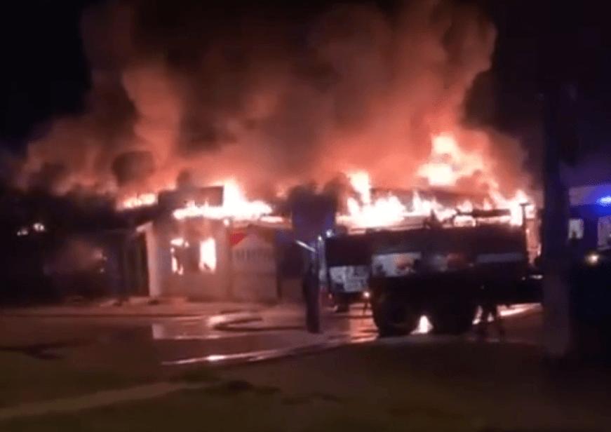 В Динском районе ночью сгорела половина павильонов на территории местного рынка