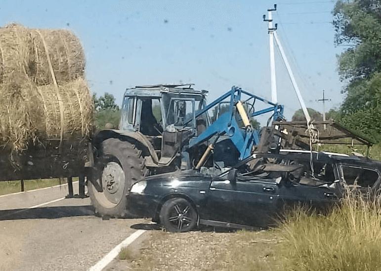 В Краснодарском крае трактор с сеном протаранил «Приору», погибла девушка