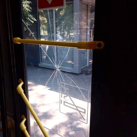 В центре Краснодара буйный пассажир камнем разбил стекло в троллейбусе и убежал