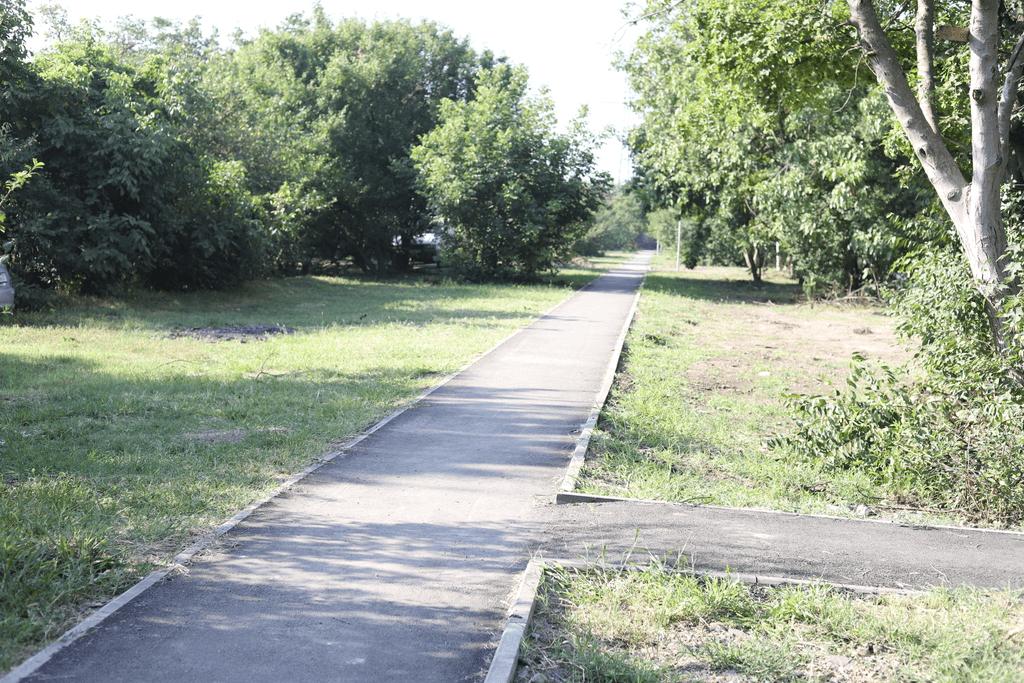 В Краснодаре сделали новый тротуар и расширили проезжую часть на улице Дежнева