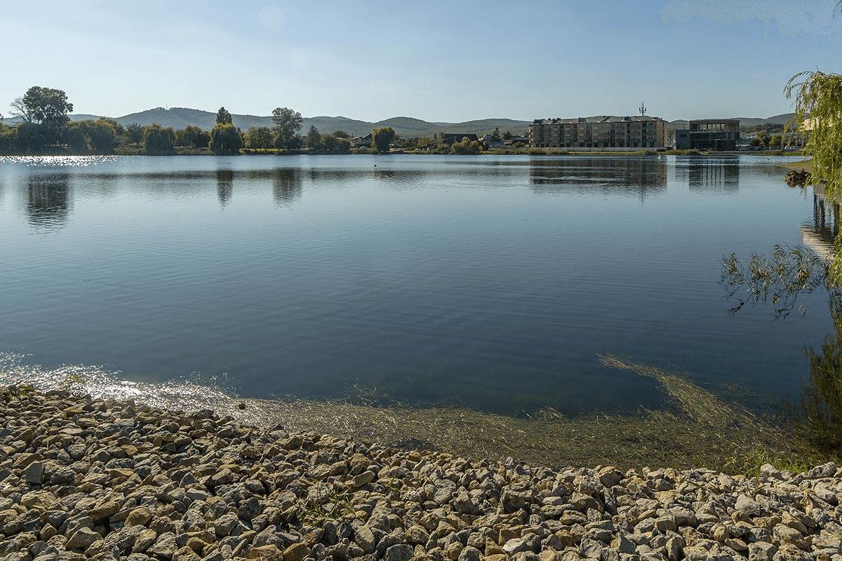 В Горячем Ключе благоустройство территории озера могут завершить поздней осенью