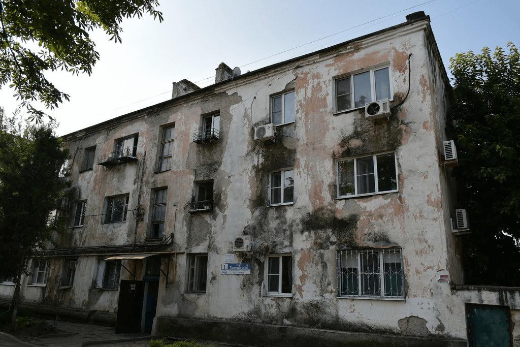 В Краснодаре начали расселять самый большой аварийный дом