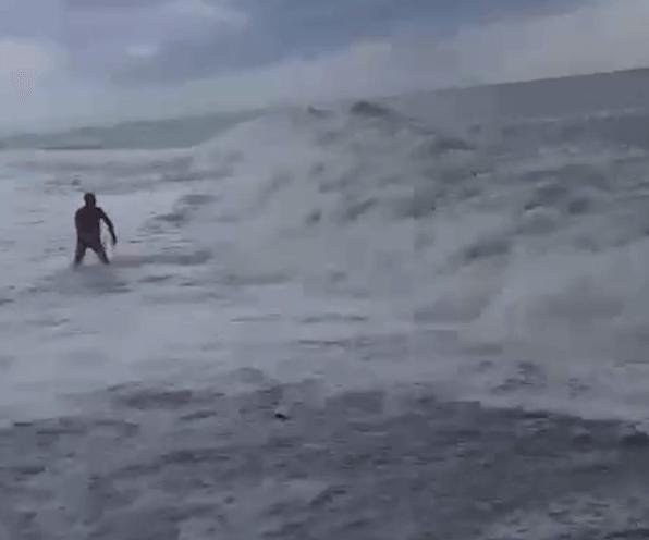 В Сочи во время сильного шторма утопающего вытащили на берег при помощи веревки