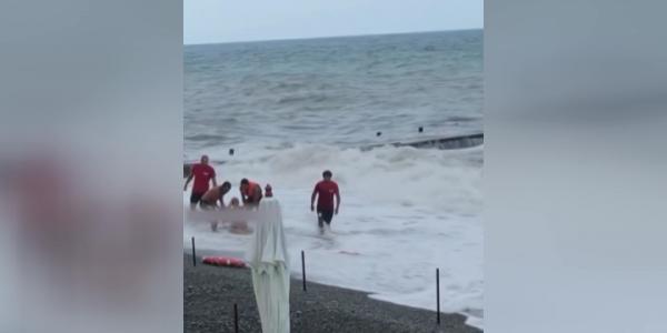На Черноморском побережье Кубани отдыхающие игнорируют штормовое предупреждение