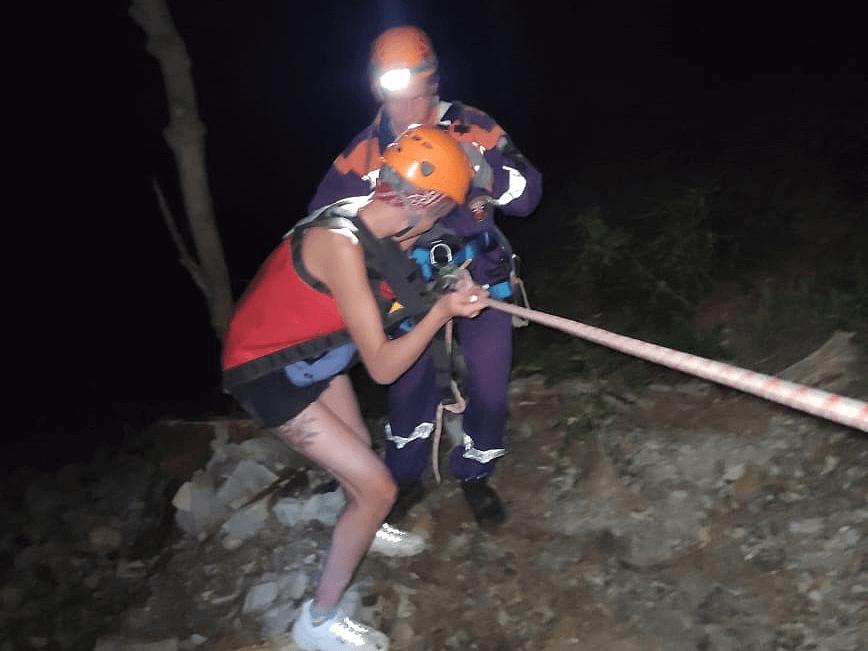 На Кубани спасатели с помощью альпинистского снаряжения сняли туристов со скалы