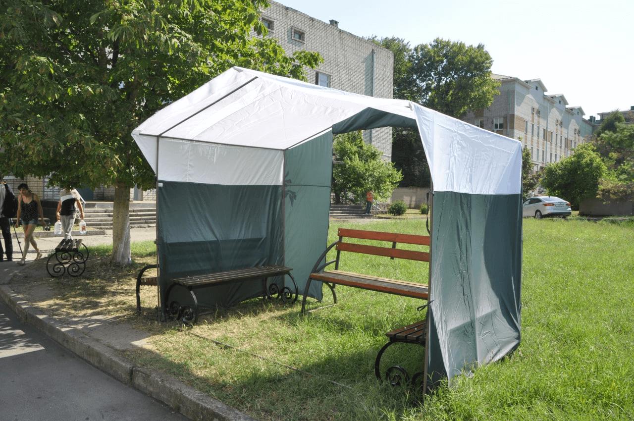 У анапской больницы установили лавочки после кадров с лежащими в очередях детьми