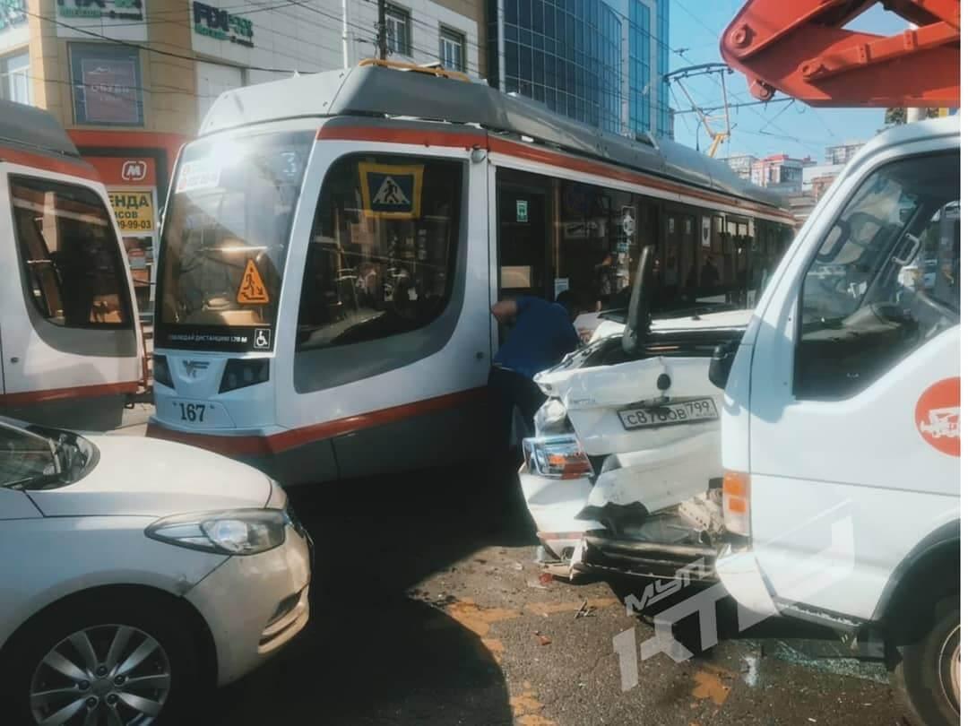 В Краснодаре новый трамвай попал в ДТП с грузовиком и легковым автомобилем
