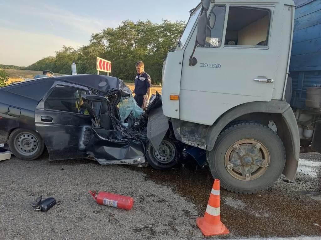 На Кубани в ДТП погибли мужчина и 2-летняя девочка, еще один ребенок пострадал