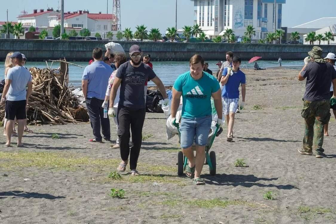 В Сочи во время субботника собрали более 200 тонн мусора