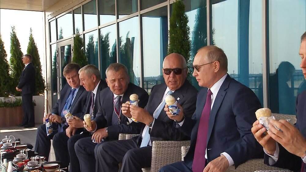 Путин на авиасалоне МАКС-2021 попробовал кубанское мороженое