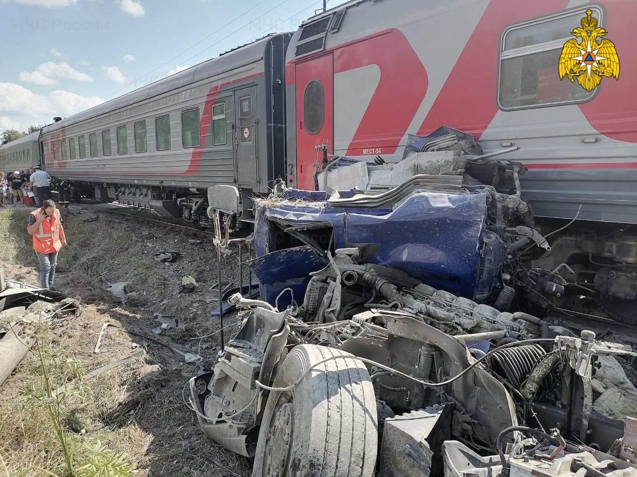 Поезд Адлер — Москва столкнулся с цементовозом в Калужской области