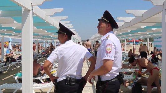 На городском пляже Анапы чуть не утонул мужчина, его спасли полицейские