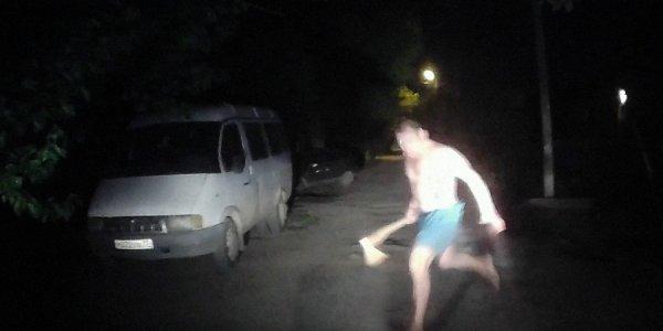 В Краснодаре мужчина ночью бросился с топором на соседей