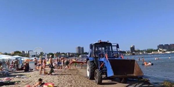 В Анапе уволили тракториста, который нагрубил туристам на пляже