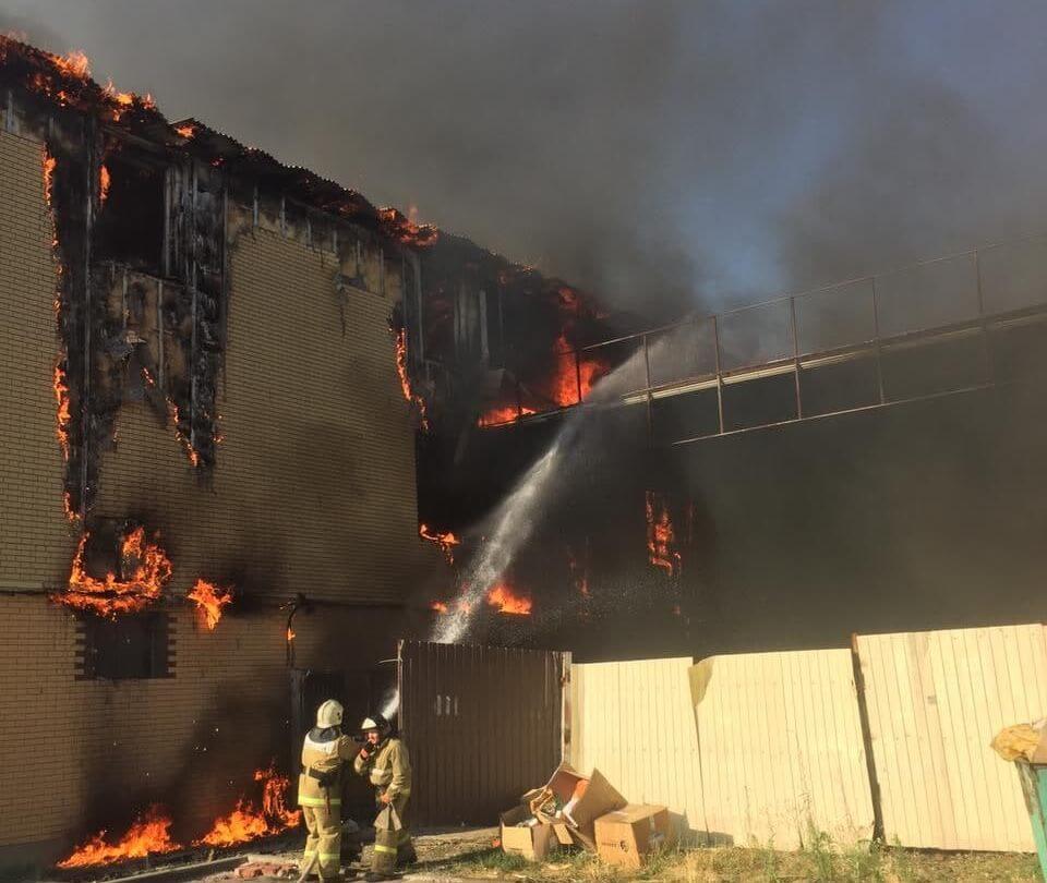 В Динском районе огнем оказалось объято трехэтажное здание площадью 800 кв. м