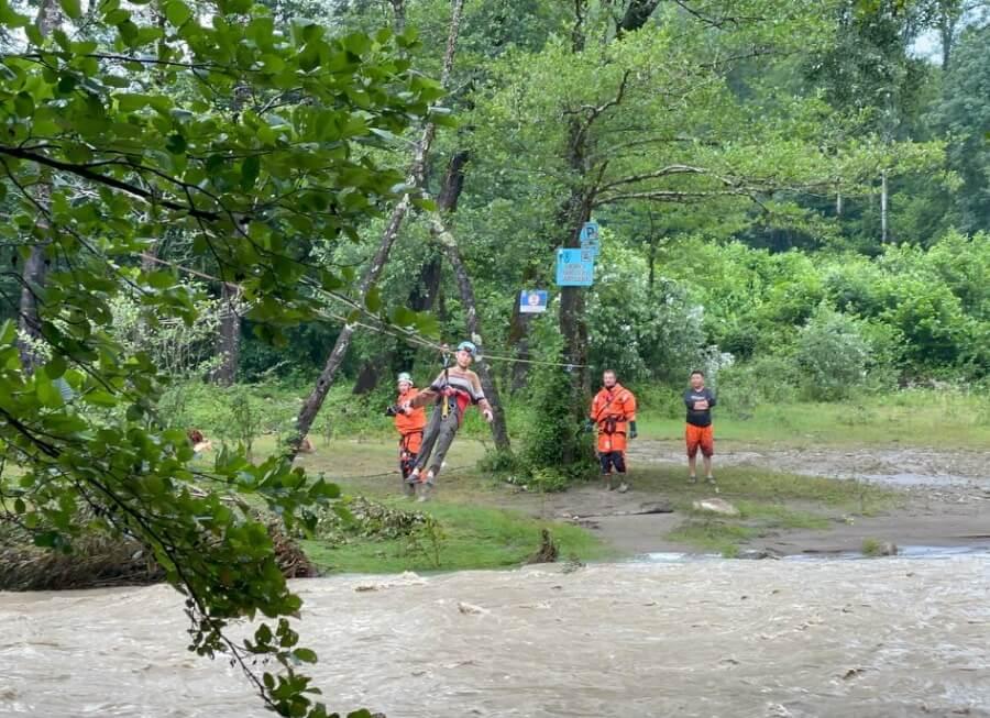 В Сочи спасатели эвакуировали мужчину с сыном через реку Большая Хоста
