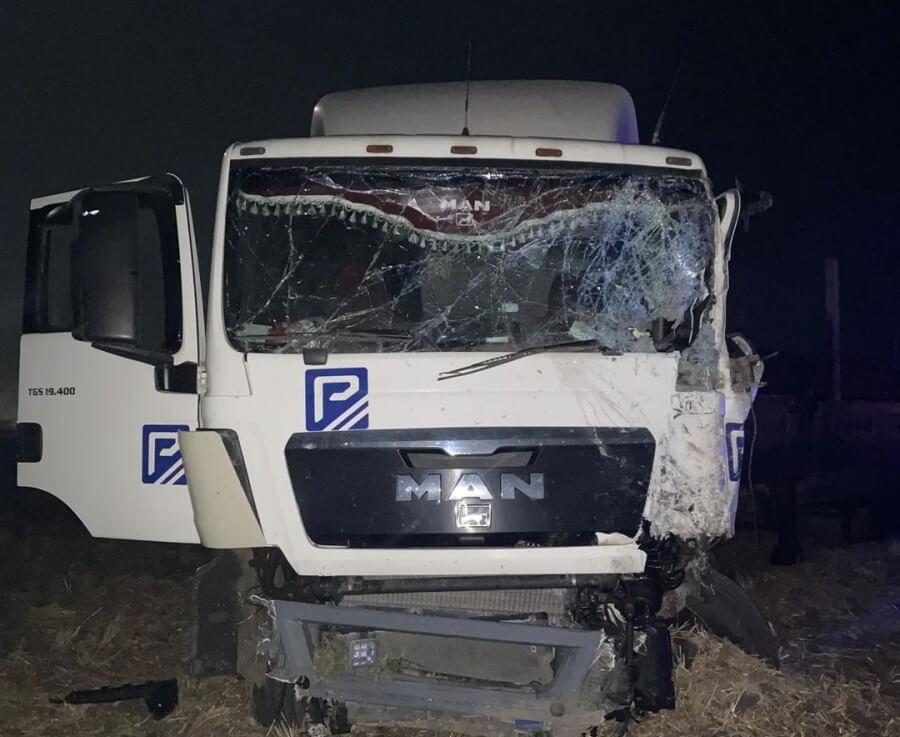 На Кубани «Газель» ночью на встречке влетела в фуру, ее водитель погиб