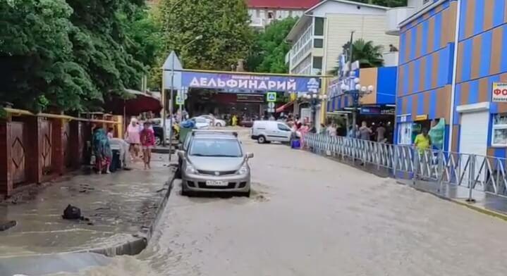 В Сочи после сильных ливней подтопило часть улиц. Видео