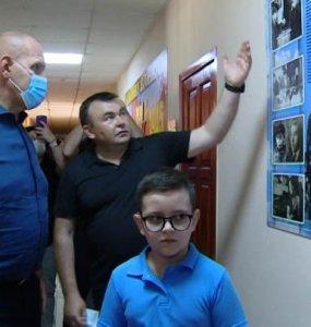 Ейскую школу-интернат посетил трехкратный олимпийский чемпион Александр Карелин