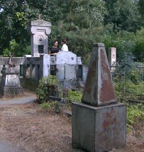 Стоит ли превращать кладбища в парки: что тянет людей к старинным захоронениям
