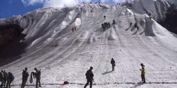 Команда ЮВО преодолела ледовый участок гор в конкурсе «Эльбрусское кольцо»