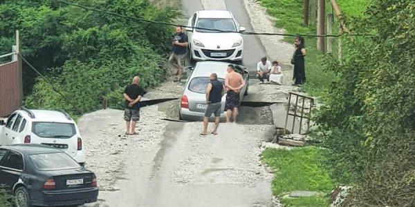 В Новороссийске под проезжающей по мосту машиной обвалилась плита